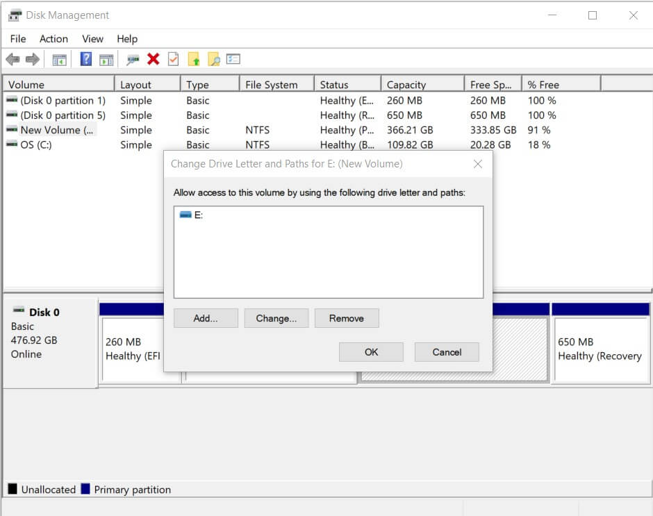 The USB drive appears in the Disk Management window but is not associated with an identification letter
