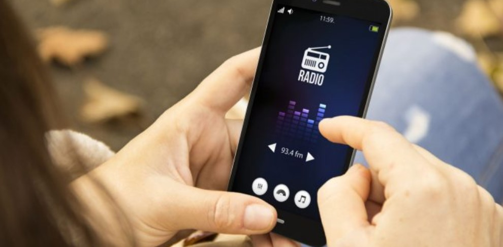 The trick to be able to listen to the FM radio of your mobile using Bluetooth headphones