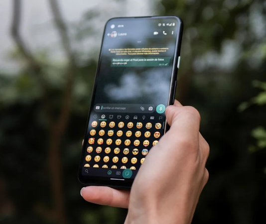 How to have iPhone emojis on Android and use them on WhatsApp